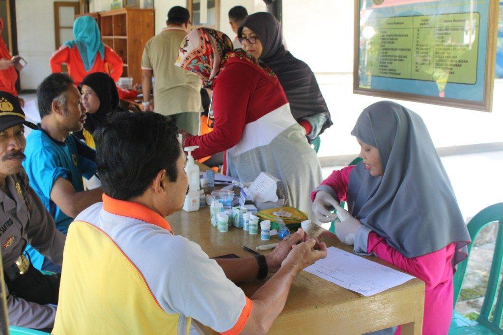 Pemeriksaan Kesehatan oleh Kader Posbindu kepada Dosen dan Karyawan Kampus 7