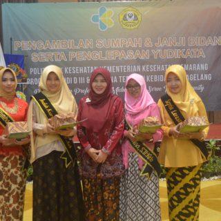 Pemberian Hadiah pada Mahasiswa Berprestasi