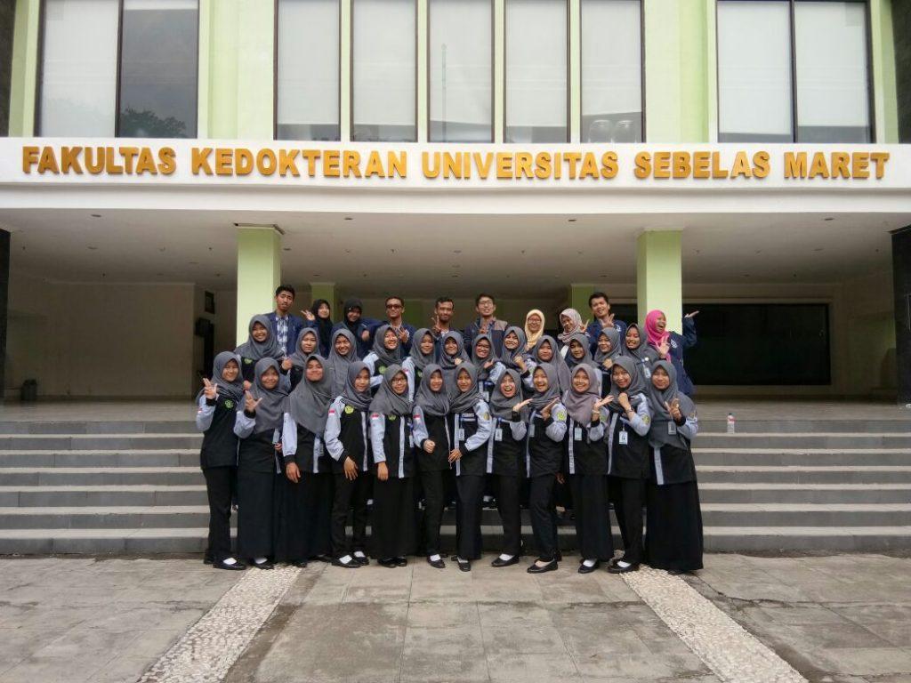 Foto bersama DEMA Fakultas Kesehatan UNS