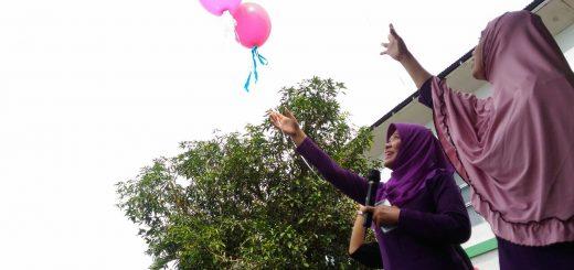 Penerbangan Balon harapan oleh ibu Sri Widatiningsih,M.Mid